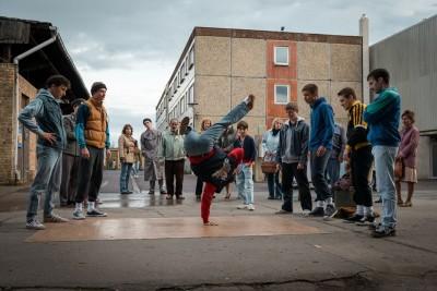 """1980年代、社会主義政権下の東ドイツで巻き起こった""""ブレイクダンス""""ブームを題材に描いた、若者たちの「自由」と「希望」の物語『ブレイク・ビーターズ』"""