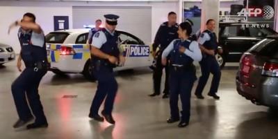 警察まで踊りだし世界中で大流行!?次に踊ってほしい人を指名するという「ランニングマン」チャレンジ