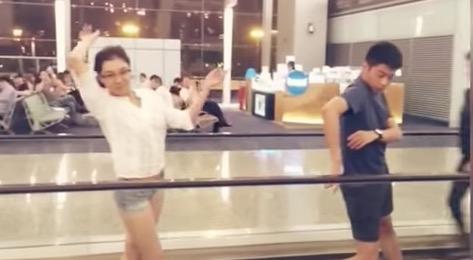 [ 空港で5時間の遅延!あなたならどうする? ] 突然踊りだす中国バレエ団 話題の動画