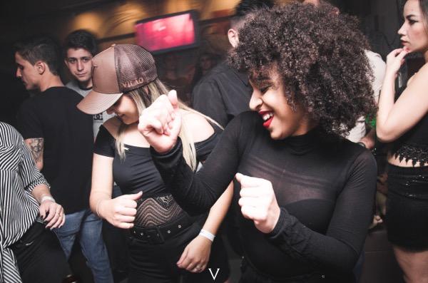 クラブ初心者でもモテる踊り方を男女別に解説
