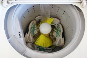 スニーカーは洗濯機で洗える!やり方からメリットデメリットまで解説